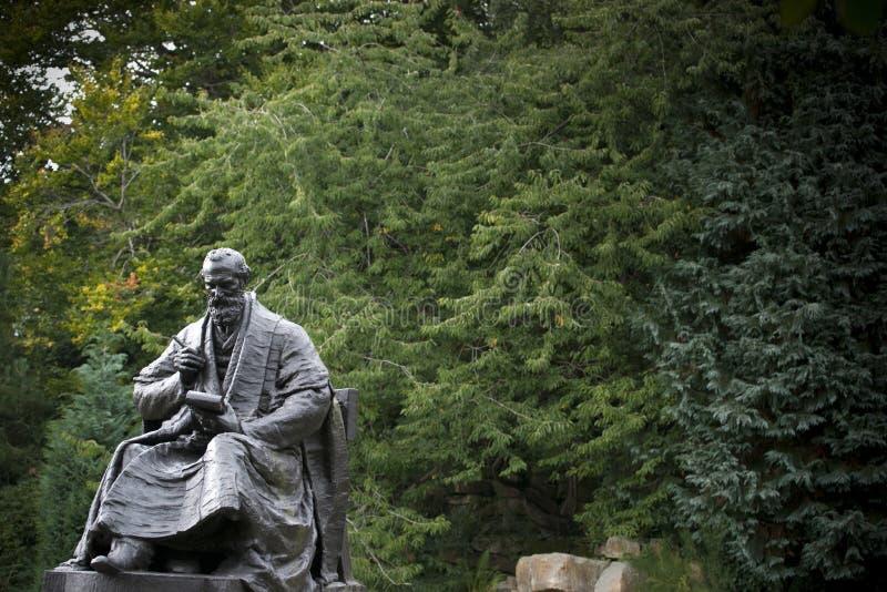 Парк Kelvingrove, Глазго, Шотландия, Великобритания, сентябрь 2013, статуя и мемориал к лорду Кельвину стоковое изображение rf