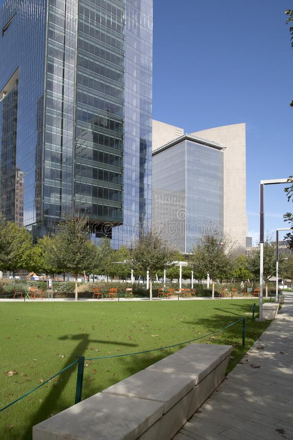 Парк Klyde Уоррена и современные здания в городском Далласе стоковая фотография rf