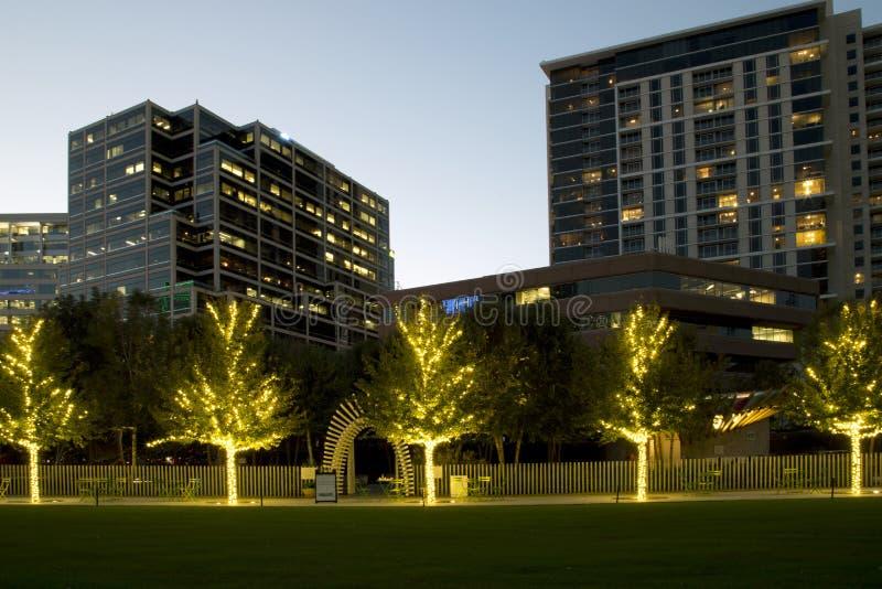 Парк Klyde Уоррена и современные здания на заходе солнца стоковая фотография
