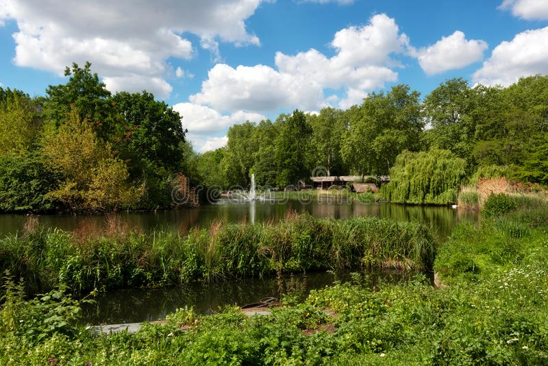 Парк St James самый старый королевский парк в Вестминстере, центральном Лондоне в Англии стоковые изображения rf
