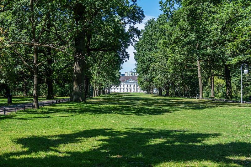 Парк Tiergarten в Берлине, Германии с дворцом Bellevue в расстоянии стоковое фото