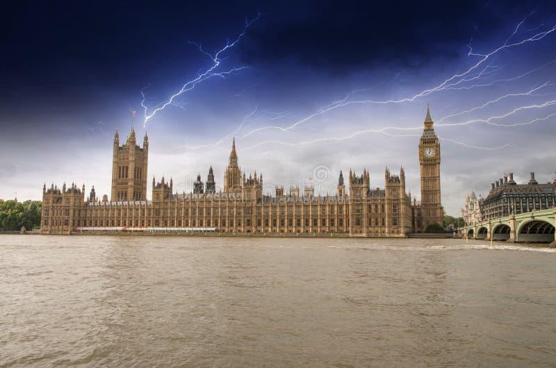 Парламент Великобритании, дворец Вестминстера с штормом - полученным Лондоном стоковое фото