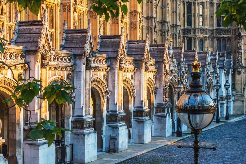 Парламент Великобритании сентябрь 2014 в Лондоне старые двери церков и мраморная античная стена стоковые изображения