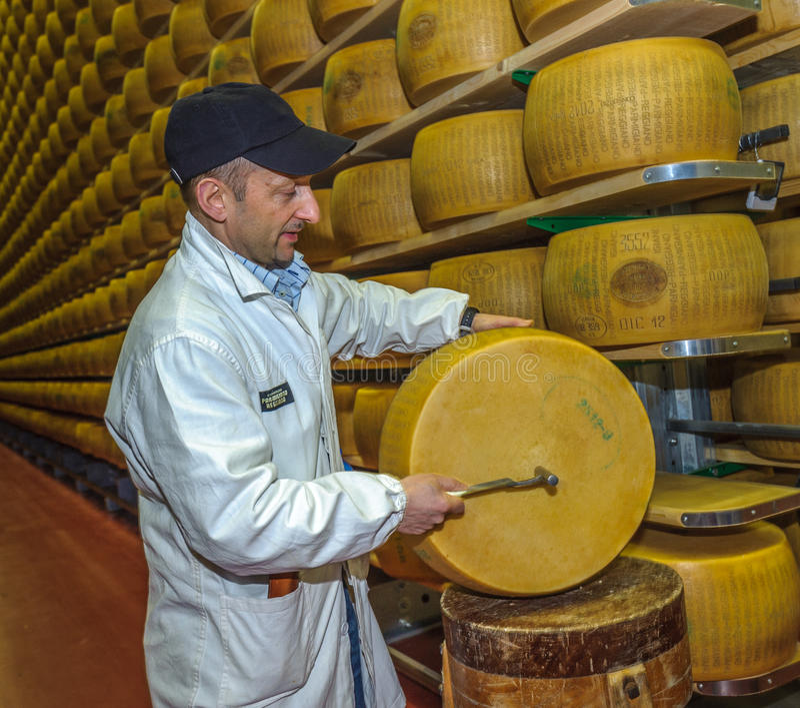 ПАРМА, ИТАЛИЯ - 10-ое марта 2014: Испытание качества сыр пармесана стоковая фотография