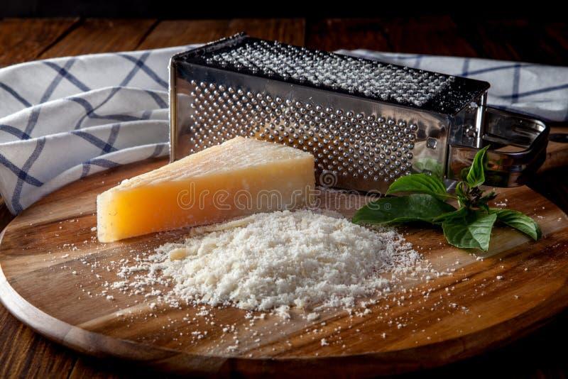 пармезан сыра свеже заскрежетанный стоковое фото