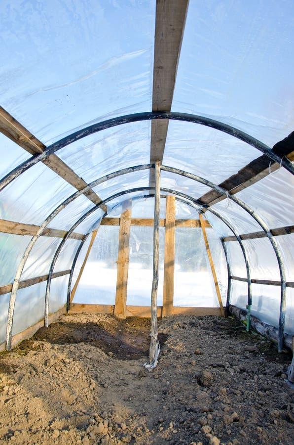Парник домодельного пластичного свода пустой в зиме стоковые фото