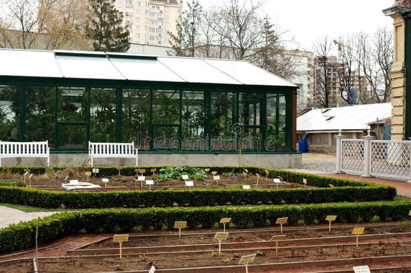 Парник с стеклянными окнами стоковые изображения