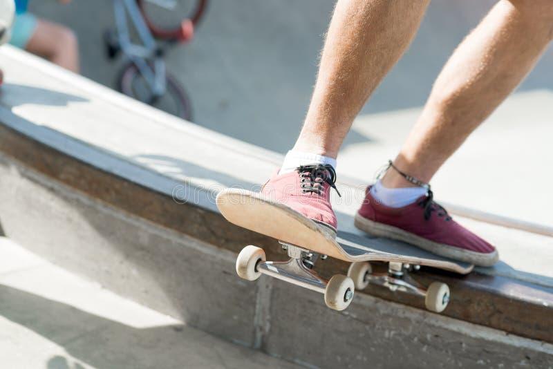 Парни ехать скейтборд стоковая фотография rf