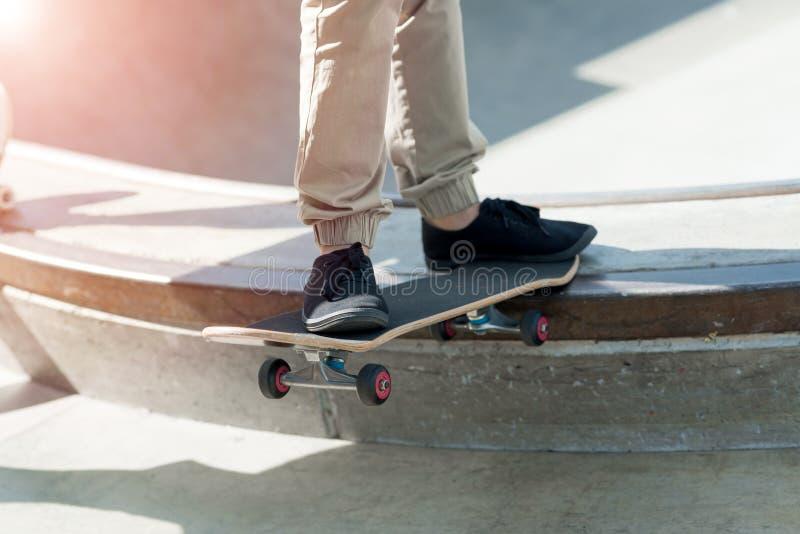 Парни ехать скейтборд стоковое фото rf