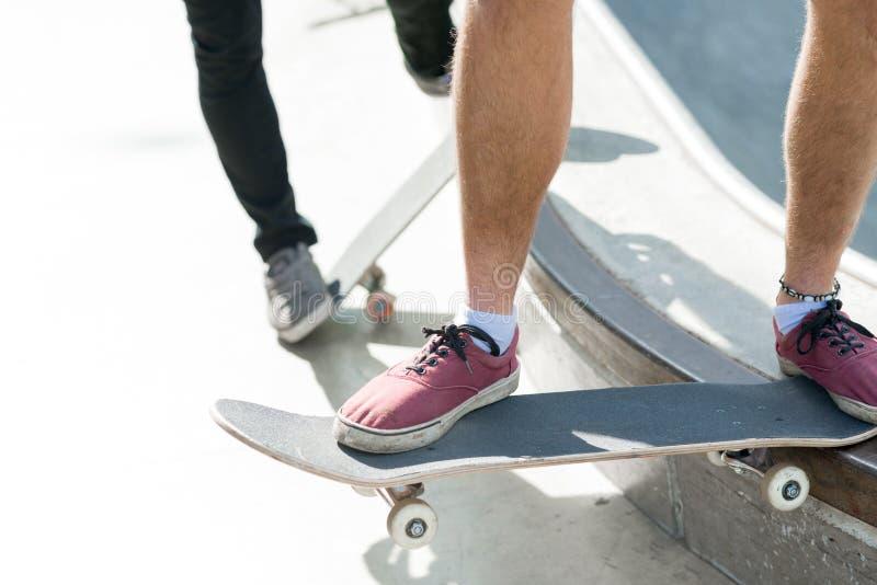 Парни ехать скейтборд стоковая фотография