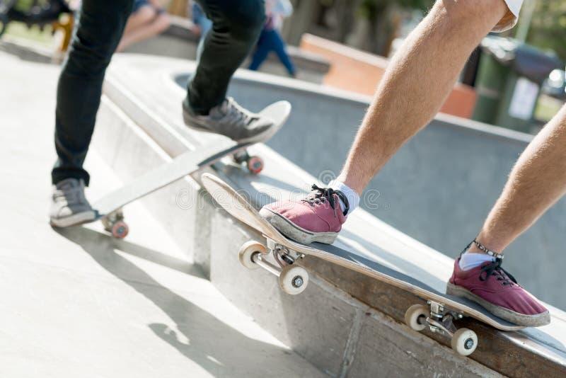Парни ехать скейтборд стоковые фото