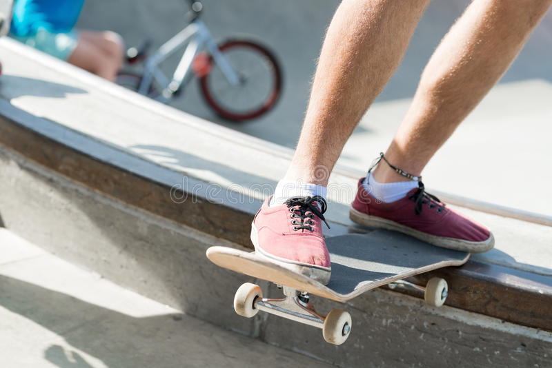 Парни ехать скейтборд стоковое изображение