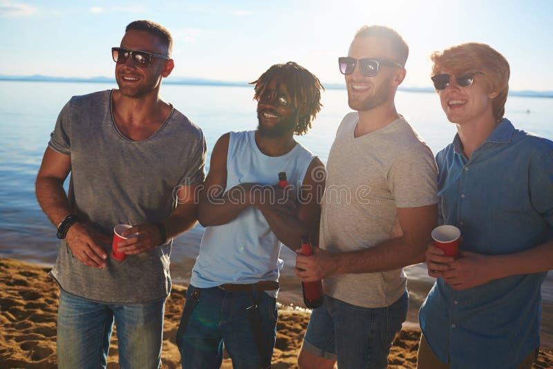 Парни с пить стоковая фотография