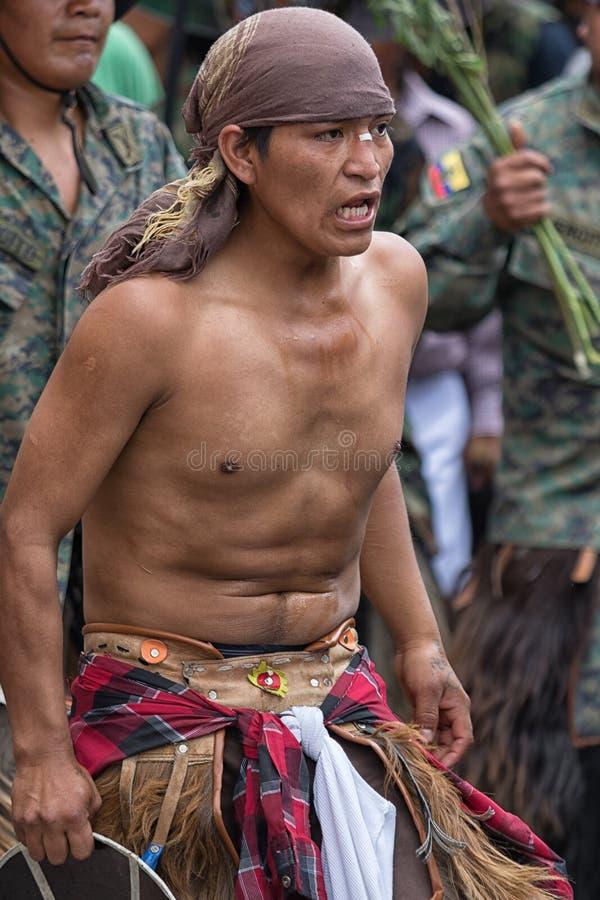 Парни человека Kichwa нося выполняя ритуальный танец на улице стоковое фото rf