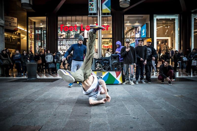 Парни Breakdancer в танцах милана в улице стоковая фотография rf