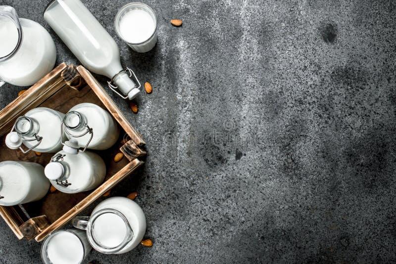 Парное молоко в бутылках и кувшинах с деревянной коробкой стоковое изображение