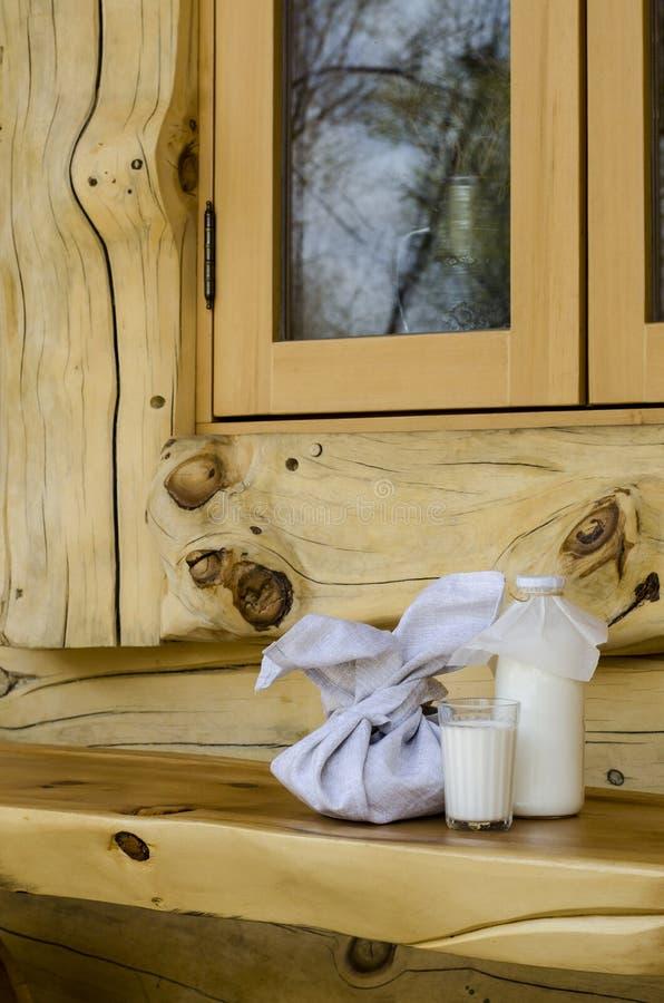 Парное молоко в стеклянной бутылке и стекле, рядом с пирогами на деревянном столе Концепция здоровых органических продуктов Ржавы стоковые фотографии rf