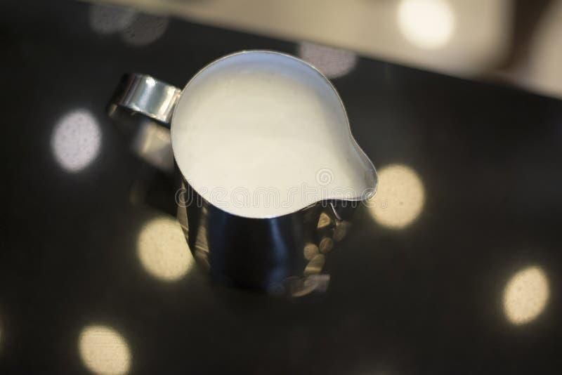 Парное молоко подготавливает для кофе cappucino стоковая фотография rf