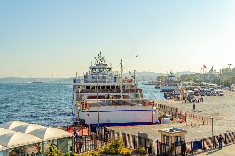 Паромы в гавани Стамбула стоковые фотографии rf