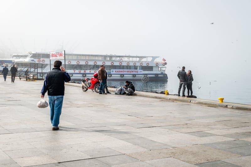 Паромы в туманном дне в Kadikoy, Стамбуле, Турции стоковое изображение rf