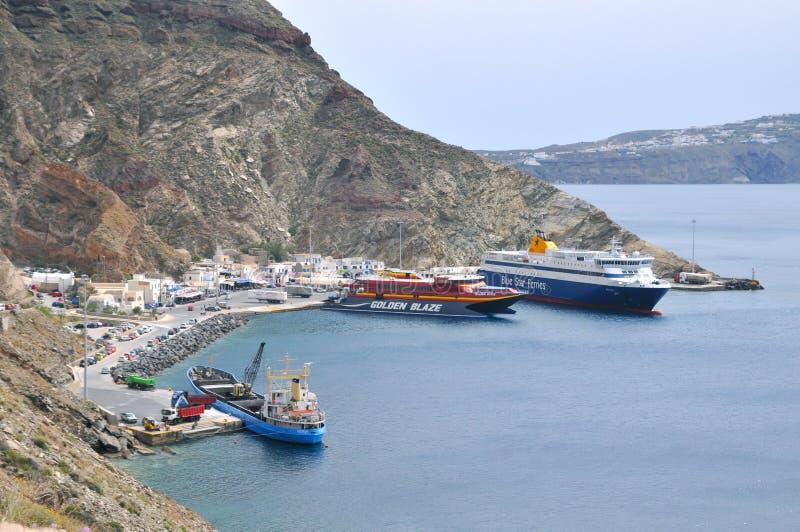 Паромы на порте Athinios стоковая фотография