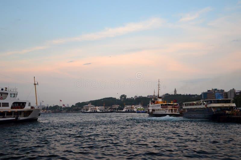 Паромы на проливе Босфора в Стамбуле стоковые фото
