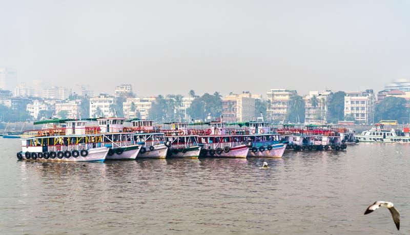 Паромы около ворот Индии в Мумбае, Индии стоковое фото