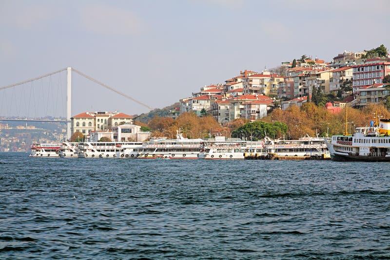 Паромы пассажира berthed на паромном порте Uskudar в Стамбуле стоковые фотографии rf