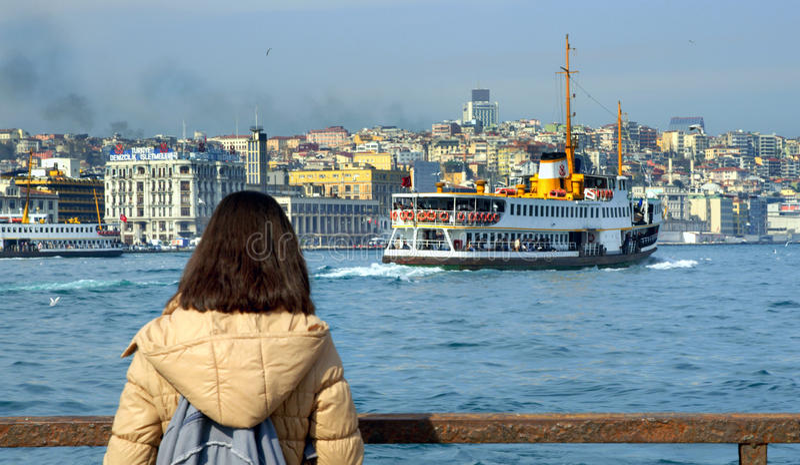 Паромы Стамбула наблюдая женщину стоковое фото rf