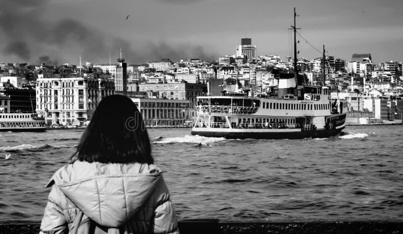Паромы Стамбула наблюдая женщину стоковые фото