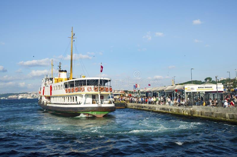 Паромы Eminonu Стамбула ждать в гавани стоковое изображение