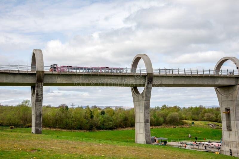 Паром едет вдоль мост-водовода колеса Falkirk стоковые фото