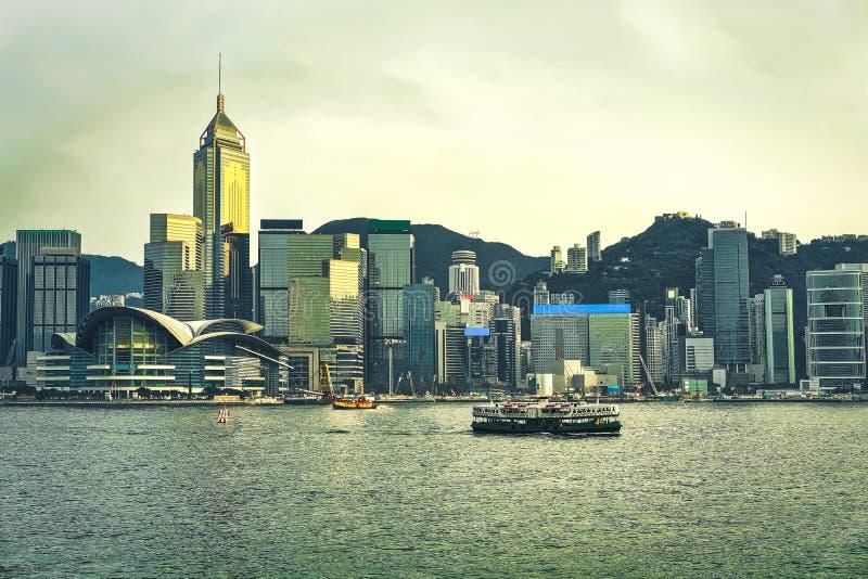 Паром звезды на гавани HK Виктория на заходе солнца Взгляд от Kowloon на острове Гонконга стоковая фотография
