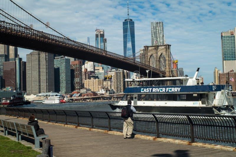 Паром Ист-Ривер под Бруклинским мостом стоковые изображения rf