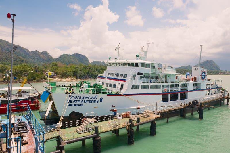 Паром компании Seatranferry в порте в Donsak, Таиланде стоковое фото