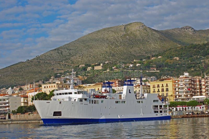 Паром к острову Ventotene Италии стоковое фото