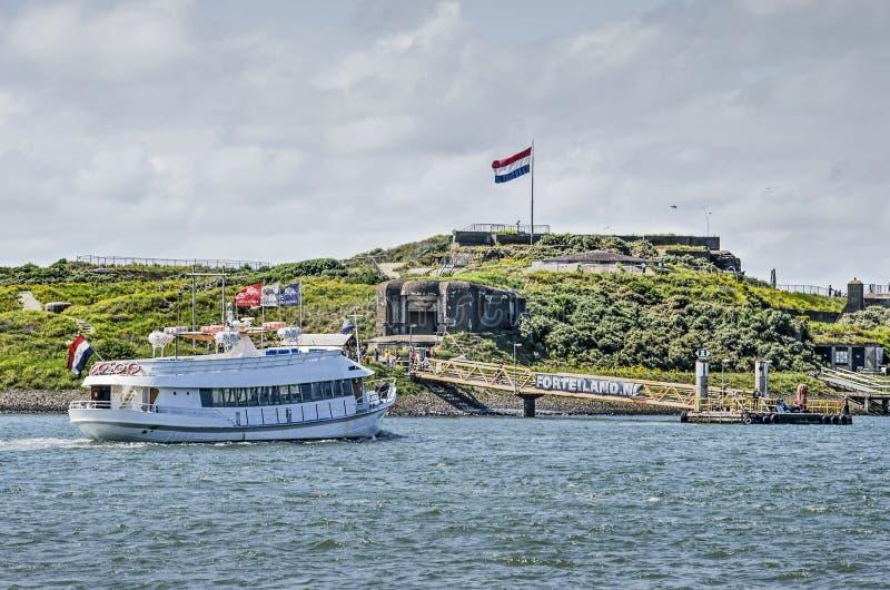Паром на острове крепости стоковая фотография