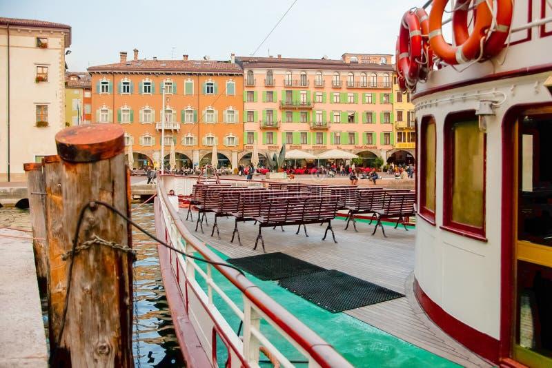 Паром причаленный на Riva Garda стоковая фотография