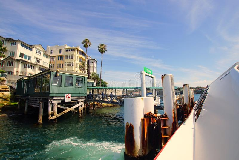 Паром причаливая стопу парома Kirribilli, гавани Сиднея, Австралии стоковое изображение rf