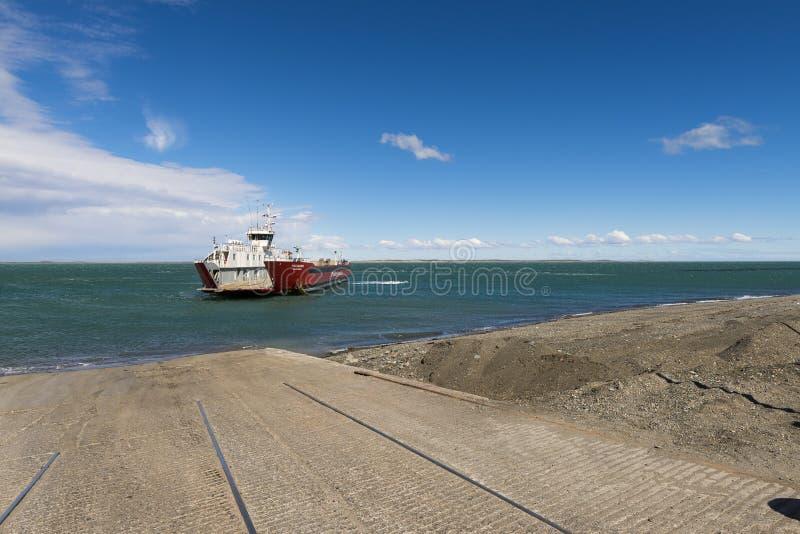 Паром причаливая доку в Cruce Punta Delgada в проливе Magellan, Чили стоковое изображение rf