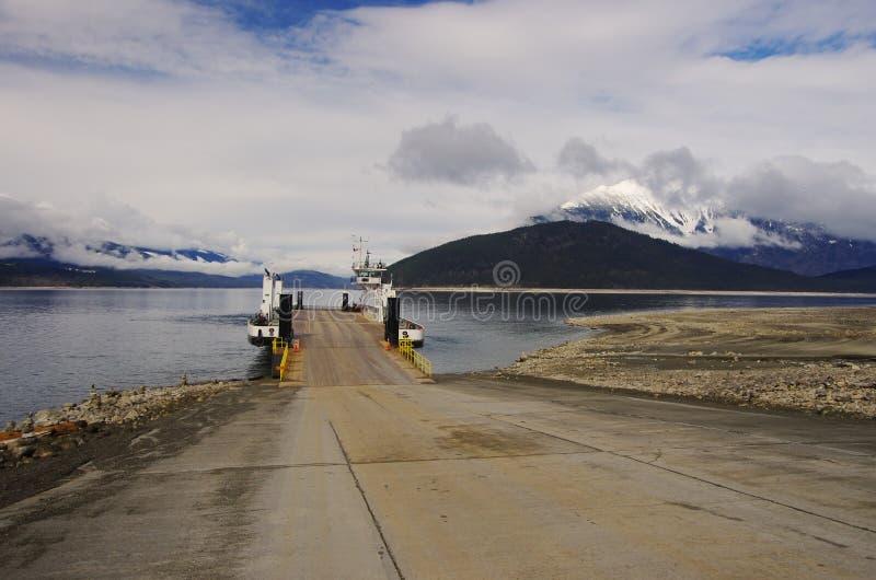 Паром причаливая доку на канадском озере стоковые изображения rf