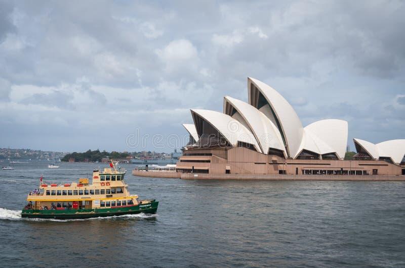 Паром Сиднея в гавани Сиднея с оперным театром Сиднея на предпосылке стоковые фотографии rf