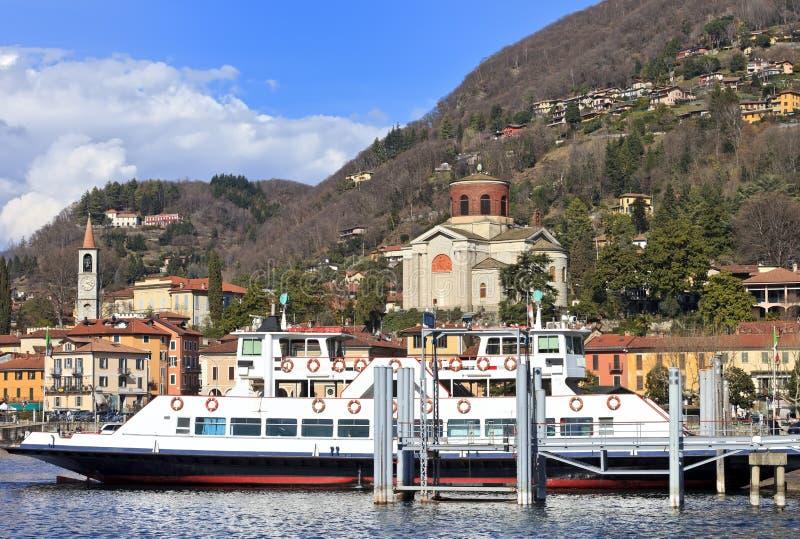 Паром-шлюпка причаливая Laveno Mombello, озеру Maggiore стоковое фото rf