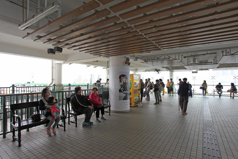 Паром людей ждать в центральной пристани в Гонконге стоковые фото