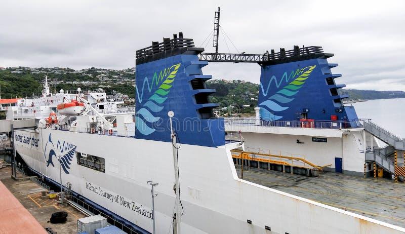 Паром Bluebridge в порте Picton Звук и порт ферзя Шарлотта с выходить парома стоковые фото