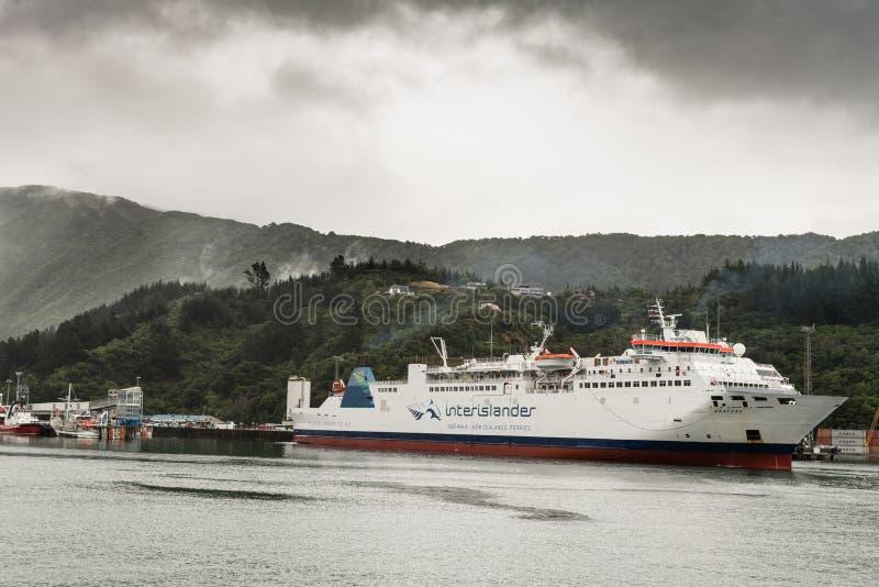 Паром Interislander выходит гавань Picton, Новая Зеландия стоковое фото rf