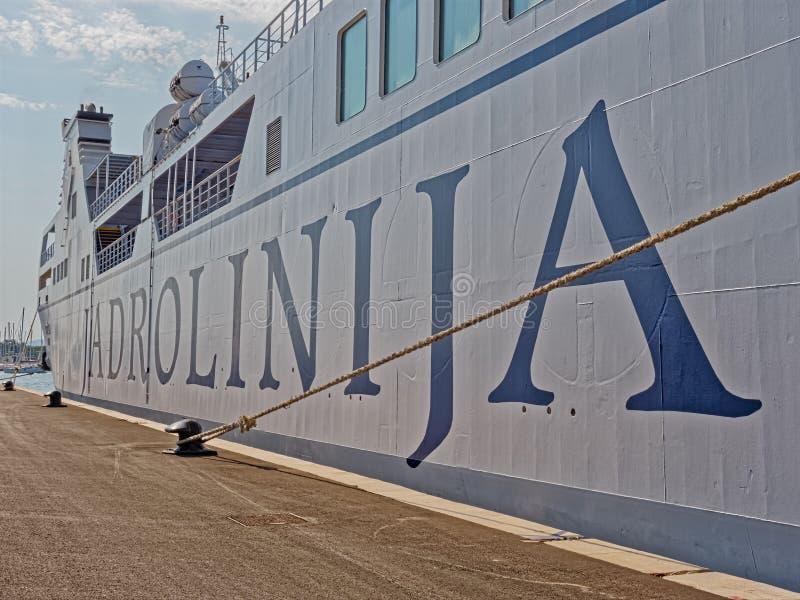 Паром Jadrolinija в разделении гавани стоковые изображения rf