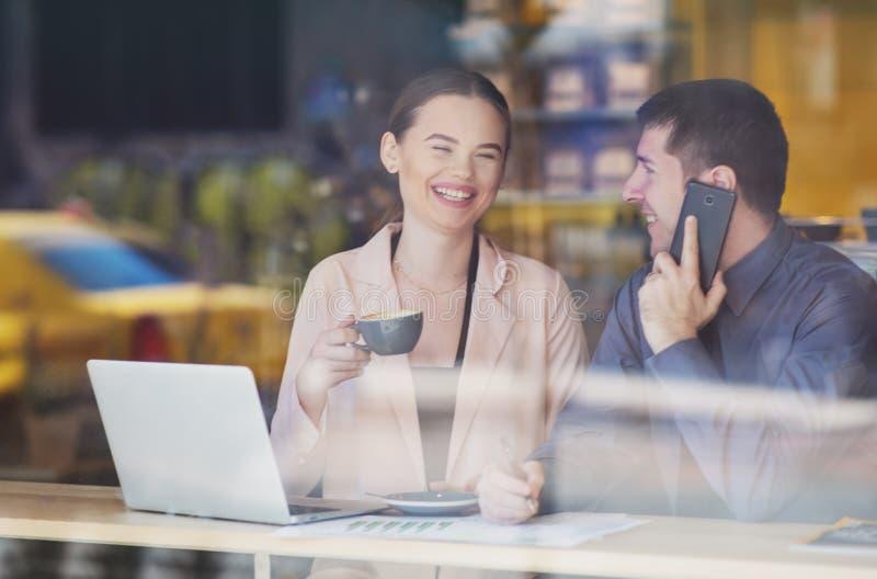 Парочка в кафе-кафе - мужчина и женщина весело проводят время кофе-брейк - Вид с улицы стоковые изображения
