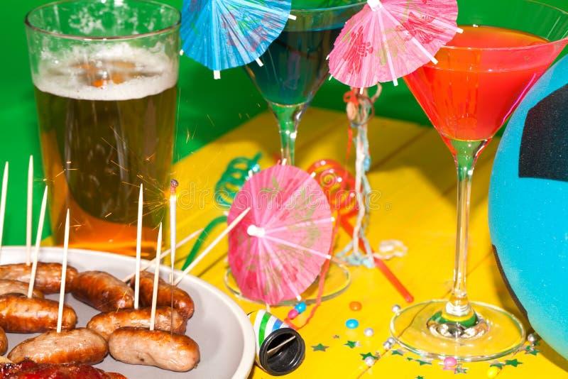 Партия барбекю футбола лета Таблица с пить коктеиля, saus стоковая фотография rf
