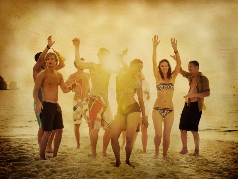 Партия группы людей на пляже стоковые изображения